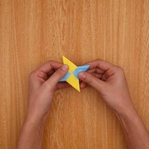 2つの折り紙を組み合わせて手裏剣をつくる