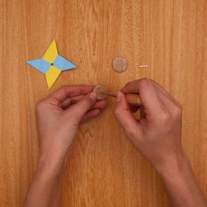 折り紙とダンボールの中央に穴をあける