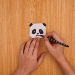 ペンでパンダの顔を描くと完成です