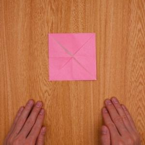 2回折ってから開いて四角に折る