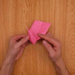 表にしてから中央に合わせて左右を折り、先端を奥に向かって折る
