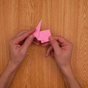 三角形部分を立たせて、右側を1回折ってから折り畳む
