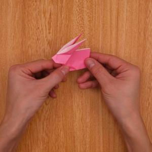 中央部分を山折りし、左の三角形の内側を軽く広げたら完成