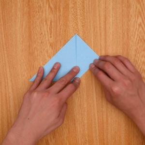 折り紙で2回折ってから、中央に合わせて左右を折る