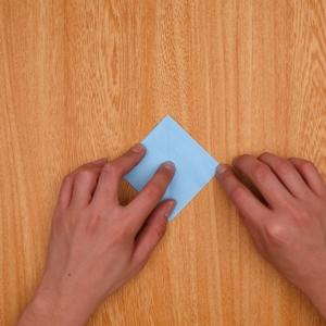 一度開いてから角を合わせるように折っていく