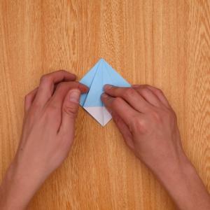 最初に右側を開いて折り目をつけ、左側も同様に折る