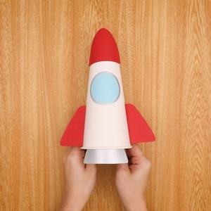 紙コップにロケットパーツを貼る