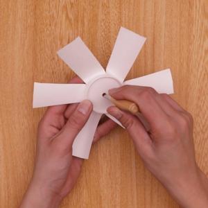 紙コップの中心に穴をあける