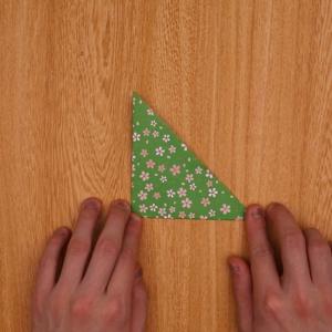 折り紙を2回折る工程