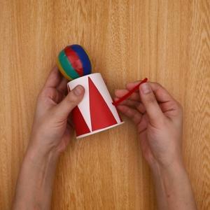 モールを紙コップの穴に通します。