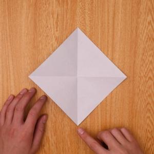 折り紙を2回折って開く