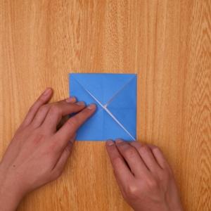 中央を目印にして四角に折る
