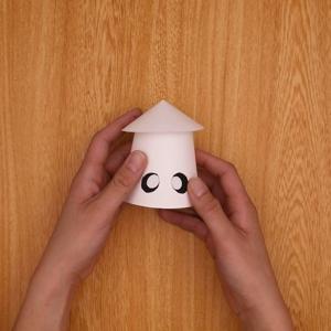 紙コップにかさと目のパーツをつける