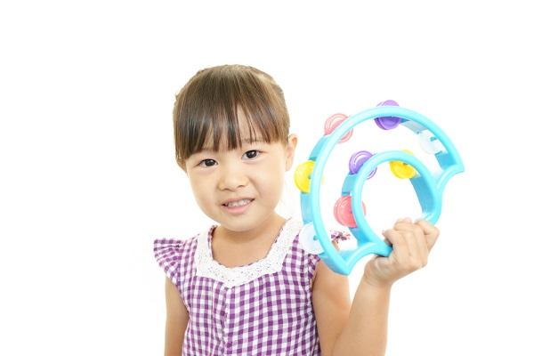 楽器を持つ子どもの写真
