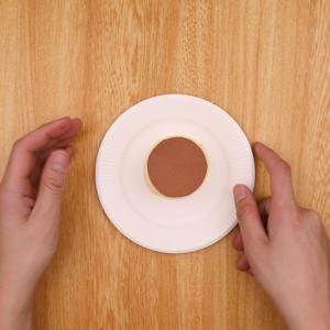 紙皿の上にプリンをつける