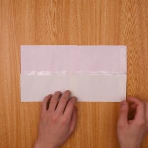 テープで折り紙をつなぎます。