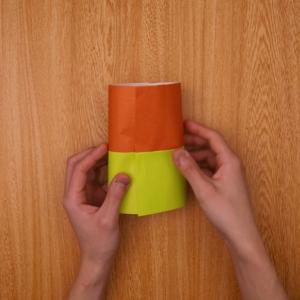 折り紙を筒状にします。