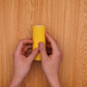 トイレットペーパーの芯の側面に画用紙を貼る
