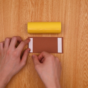 茶色の画用紙にテープをはる