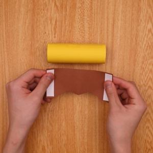 茶色の画用紙をカットする