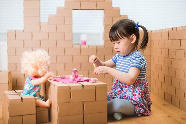 ごっこ遊びをする子どもの写真