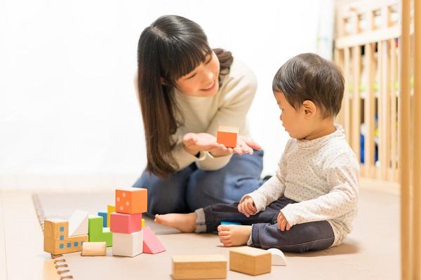 保育園でできる1歳児の室内遊び。ねらいと雨の日も楽しめる運動・ゲーム・製作のアイデア