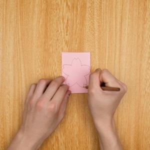 画用紙を2回折って桜の花の絵をかく