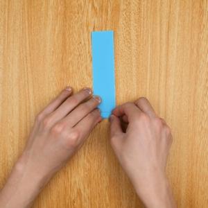細長い画用紙を端から小さく折っていく