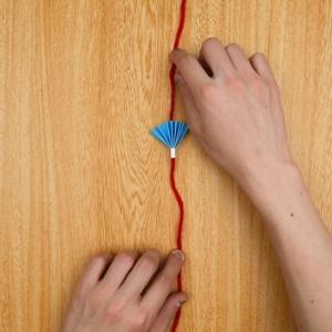 (6)と毛糸を紙で固定する