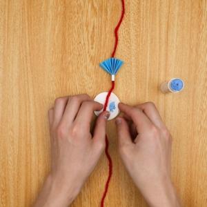 (3)にのりをつけて毛糸を挟む