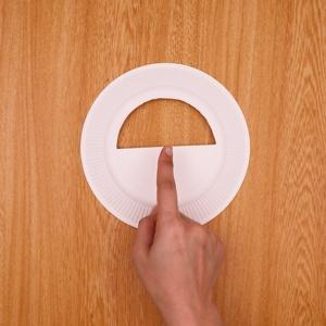 紙皿を半円に切り抜く工程