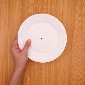 紙皿の中央に穴をあける