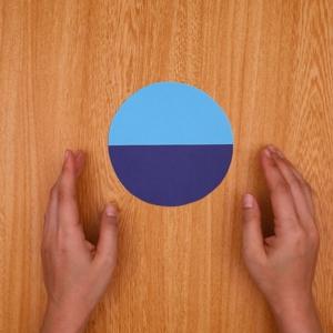 1枚の円をカットし、円に貼り付ける