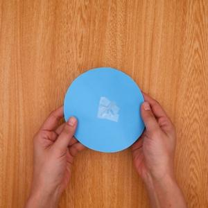 開いたストローを円の中央に貼り付ける