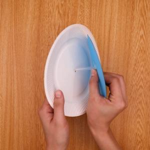 紙皿の穴にパーツを通す
