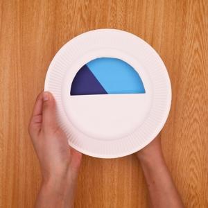 半円を切り抜いた紙皿を重ねる
