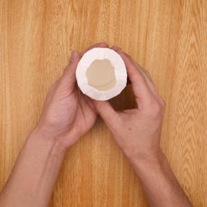 紙コップの縁をカットして内側に入れ込む