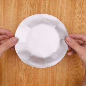 紙皿を画用紙で装飾する