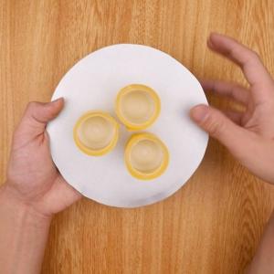 乳酸菌飲料を紙皿に取り付ける