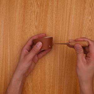 カットした紙コップの側面に穴をあける