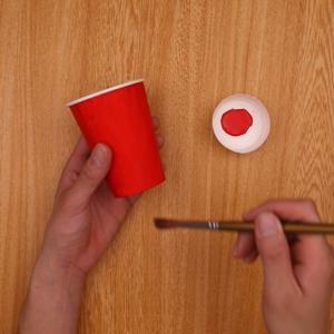 紙コップの側面に赤色をつける