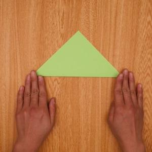 三角折りをする