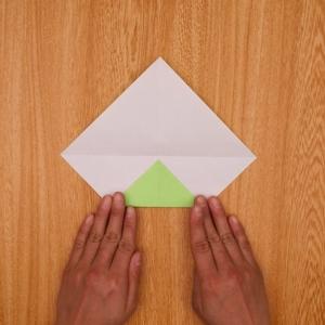 折り目に合わせて三角折り