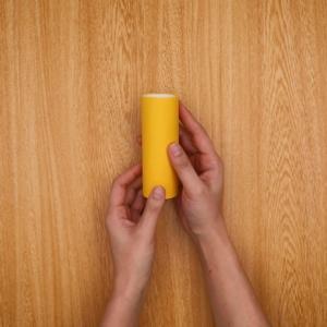 トイレットペーパーの芯に画用紙を貼る
