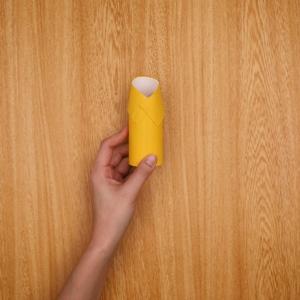 トイレットペーパーの芯を切り、ずらして固定