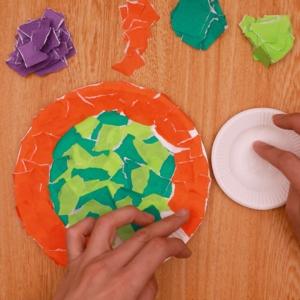 大きい紙皿にちぎった折り紙を貼ります。