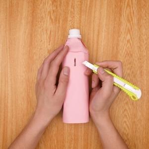 ペットボトル側面に細い穴をあける