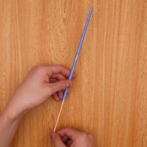 竹串に折り紙を巻き、固定します。