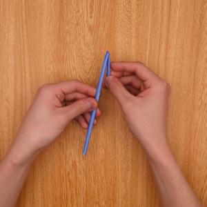 巻いた折り紙を少し折ります。