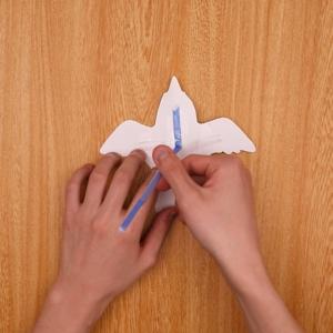 青い鳥にストローを取りつけます。